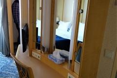 NAVIGATOR OF THE SEAS - Kabine 9694 -  großes Schlafzimmer - Schminktisch